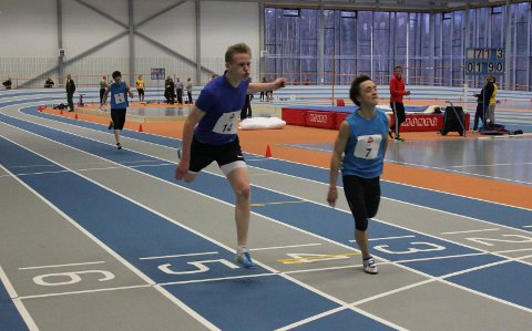 I den flotte hallen i Steinkjer klarte Ståle Jarmund (t.v.) og Erik Mikkeljord (t.h) å kvalifisere seg for UM innendørs. De løp godt på 200m (bildet) og bak ser vi Adrian Steinbakken i samme heat.foto: Margrethe farbu