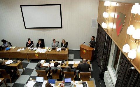 ENIGE: Budsjettet ble vedtatt med 13 mot 12 stemmer fra Ap og venstre etter en lang kveld onsdag. Her Maung Lwin (Ap) på talerstolen. Foto: Ole-Tommy Pedersen