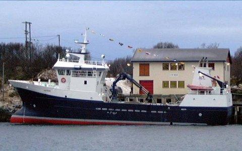 PÅ GRUNN: Brønnbåten Havtrans til selskpaet Havtrans AS i Herøy gikk søndag ved 15.00-tida på grunn ved Sørøyholmen øst for Austbø. Ingen kom til skade og båten ble trukket av grunnen i natt ved 03.00-tida. (Foto: Charles Moursund)