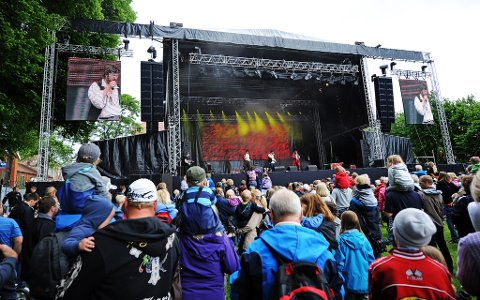 Mye folk er samlet i Hafslundparken lørdag formiddag