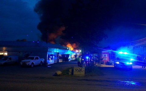 KRAFTIG BRANN: Det brant kraftig i flere bobiler hos Stamsaas Fritid natt til søndag. Seks bobiler ble totalskadet, mens tre bobiler fikk varmeskader.  (Foto: SA-tipser)