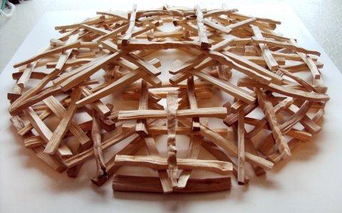 Ett av Marianne Brochs to kunstverk i tre, som hun deltar med på Norsk skulpturbiennale i Vigelandsmuseet.