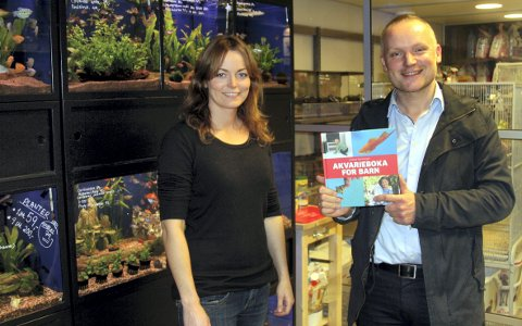 Anders Tjernshaugen presenterer boka si hos June Berntsen i Tangen dyrebutikk.