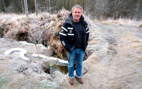 Jan Kristoffersen har fått ansvaret for å rydde opp etter tankbilvelten på Lannerheia fredag. IUA Telemark benytter seg av kopetansen han har på dette området etter blant annet Full City-aksjonen.
