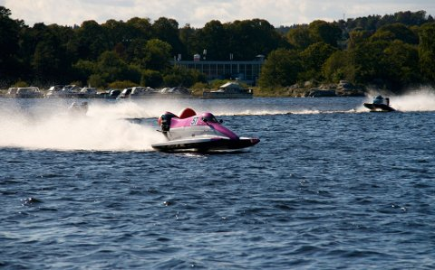 F4-båten arvet Victoria av kjæresten sin, som også kjører Formel4. Det første hun gjorde var å lakke den knallrosa. Her kjører hun inn til en sammenlagt førsteplass i Arendal i helga.