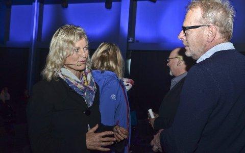 Syt og klag. Kristin Krohn Devold mener det har vært en sytekultur i reiselivet. Her er hun i samtale med seniorkonsulent Kai Erik Brovoll i fylkeskommunen.Foto: Trude Landstad