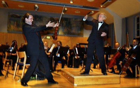 GJØGLERE: Fiolinist Atle Sponberg og dirigent Geir Tore Larsen moret både orkester og publikum med sine gjøglerier under Montis Czardas, der framføringen skled helt ut i Fanitullen.