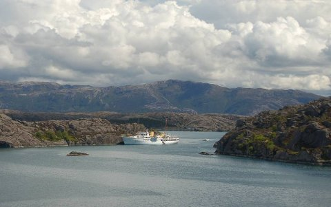 """I dag er Dronning Sonja på privat besøk i Solund med kongeskipet """"Norge"""". Første stopp var Pollevika, der dronninga gjekk opp på fjellet Pollatind. Deretter gjekk turen vidare til Utvær."""