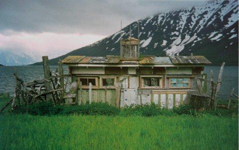 Huset: Slik så Kristians hus ut fra E6. I bakgrunnen ses Uløya og Lyngsalpan.