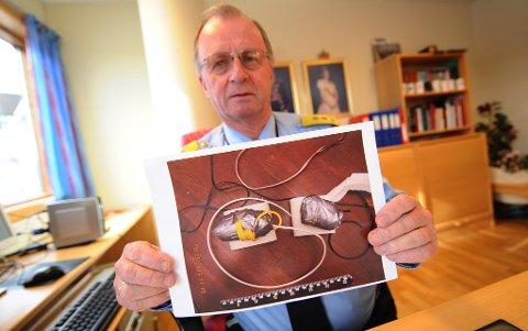 Politimester Arnstein Nilssen viser frem et bilde av de hjemmelagde bombene politiet onsdag fant i et hus ved Hagelin. Foto: Trygve Strand Joakimsen