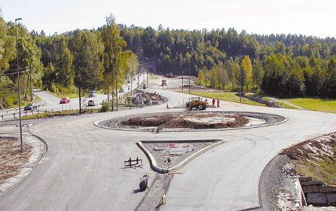 Her ligger den mye omtalte rundkjøringen på Akland, som nå har fått det treffende navnet Skogs-holmen!