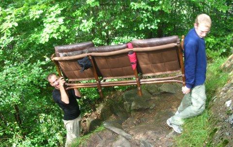 Cato S. Hauge  (t.v.) og Anders Svendsen bar i dag en sofa til toppen av Stoltzekleiven.