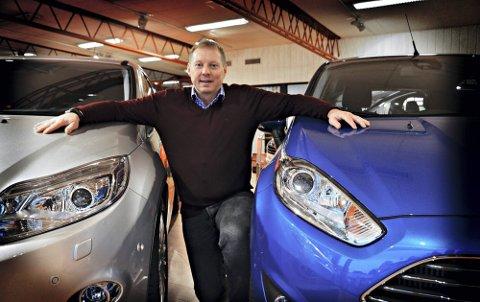 Økonomisk avgjørelse: Raymond Hellum, salgssjef hos Bergerkrysset Auto i Mysen, forklarer at valget mellom å lease eller å kjøpe ofte avhenger av ens økonomiske situasjon.