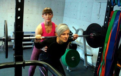 Mariann Deila Bryn veiledet Benna Larsson i knebøy da hun var innom det nyåpnede treningsstudioet på Stridsklev tirsdag. - Det føles veldig komfortabelt å trene hjemme hos Mariann, og jeg var aldri i tvil, sier Benna.