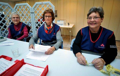 DUGNAD: En av grunnene til at massevaksinasjonen ble vellykket i Sarpsborg er dugnadsinnsats blant annet fra Sanitetskvinnene, her representert ved fra venstre Lise Thoresen, Brita Langvold og Gudrun Berg. (Foto: Jarl M. Andersen)