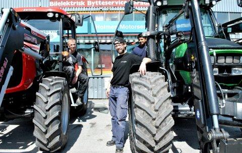 TO TYPER: Morten Rusen (midten) selger både Zetor og Deutz. Til venstre kunde Olav Grindflek og høyre David Jacobsen, ansatt hos Holmen Motorservice.