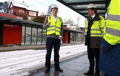 Byråd Filip Rygg (til v.) og fylkesordfører Tom Christer Nilsen møter pressen på det ferdige bybanestoppet ved Lagunen.