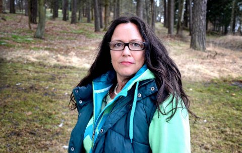 SYK I LANG TID: Tone Faale har vært syk siden 2005. Hun har fått diagnosen ME, kjent som kronisk utmattelsessyndrom. For noen måneder siden oppsøkte hun en privatklinikk i Oslo, som også har funnet borrelioseinfeksjon i kroppen hennes. Nå får hun omfattende og omstridt antibiotikabehandling for flåttsykdommen. (Foto: Marie Strand Lien)