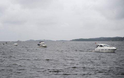 Båtkortesje: Tradisjonen tro, var en rekke båteiere, grått vær til tross, med i årets båtkortesje, som her er på vei inn i Indre havn for å ta bryggeslengen. (Foto: Vårin Alme)