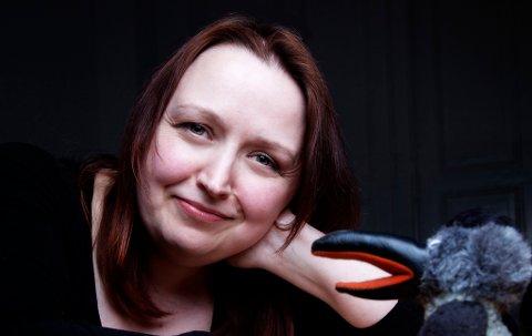 DEBUT I EGEN KLASSE: Siri Pettersen (42) fra Finnsnes bokdebuterte i høst med «Odinsbarn». Nå er hun nominert til Bokhandelsprisen.