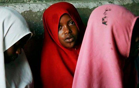 Muslimske jenter lærer fra Koranen på en skole i landsbyen Bwejuu i Zanzibar, Tanzania, (2. desember 2007).