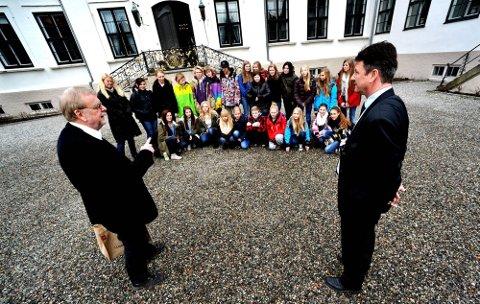 SKRIVELYST: 8.klassinger fra Grålum var spesielt invitert til kick off for Hafslund hovedhårds skrivekonkurranse. Her er de samlet sammen med forfatter Klaus Hagerup og daglig leder ved hovedgården Dan Karlsen Wang.