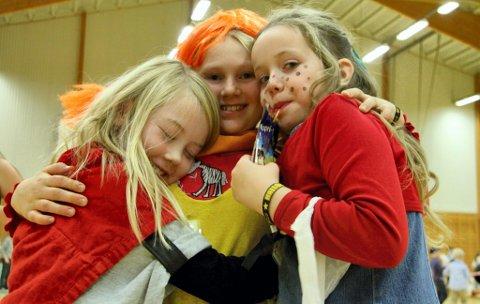 HERLIG: HalloVenn er for og med venner. «Vi kommer neste år, også!» sa Aurora Sørli Grande, Tora Torkelsdatter Strøm og Synne Marie Svendsrud i en knusegod gruppeklem.FOTO: ANITA KROK