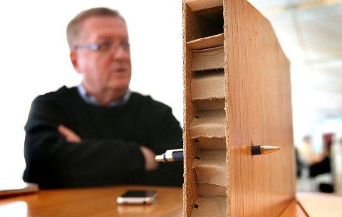 I KÅRBOLIGEN: Slik gikk kula inn gjennom den innvendige døra i kårboligen.  FOTO: KAY STENSHJEMMET