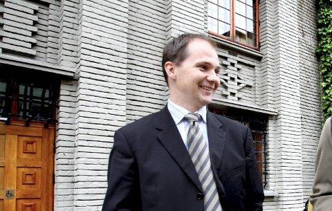 Finansmannen Carl Fredrik Seim utenfor Tinghuset i Bergen.