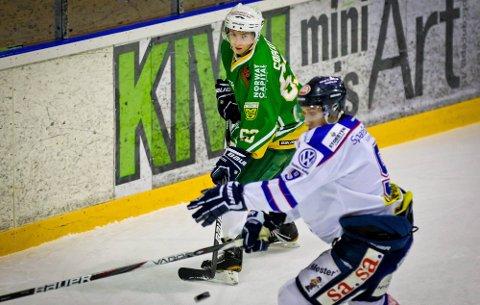 NY SJANSE: Sarpingen Mikkel Søgaard (t.v.) får en ny sjanse til å bevise at han er god nok for Sparta. Her er unggutten i en duell med Sparta-spilleren Brandon Buck sist sesong. (Foto: Thomas Andersen)