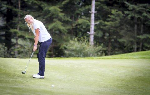 MED MÅLET I SIKTET:Kristin Simonsen har eit mål om å verta golfproff. Før det vil ho på college i USA, no jobbar ho med å finna ut av kva skule ho skal gå på.
