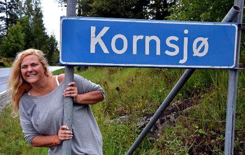Belinda Abbott flytter ikke fra Kornsjø. Her er hun aktiv i lokalsamfunnet som leder av velforeningen og med mange ideer om hvordan tettstedet kan blomstre. (Foto: Trine Bakke Eidissen)