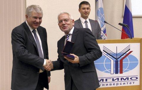 Mottok MEDALJE: Den russiske viseutenriksminister Aleksej Mesjkov (t.v.) deler ut medaljen til Frode Mellemvik. Foto: MGIMO