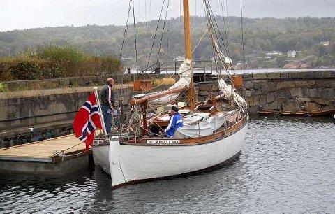Ved Skottebrygga: Jærbuen II er tilbake i Larvik, ikke langt unna der hun ble sjøsatt i 1898. Colin Archer utviklet bølgeformteorien som gjorde at båtene hans ble bygget slik at motstanden ble minst mulig når de gled gjennom vann. Det skapte ypperlige seilbåter. (Foto: Inger Lene O. Steen)