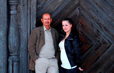 Artist og brobygger Elias Akselsen kommer til Risør lørdag for å ta imot Blanche Majors Forsoningspris. Her ser vi ham sammen med datteren Veronica som også er artist.