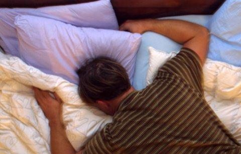 BILDET KOMMER FRA SCANPIX Mann ligger på magen i sengen. Vinterdepresjon, trøtt, sove, umotivert, utslitt, utbrent, overarbeidet, uinspirert, arbeidsledig, latskap, lat, nyskilt. Fortvilelse. Dagen derpå. Fyllesyk. AKAN. Hjemme fra jobb. Skulker.FOTO: SCANPIX- - MODEL RELEASED - MODELLKLARERT - -
