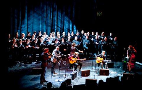 MEKTIG: Det ble en mektig og sterk opplevelse da koret på 100 personer kom på scenen for å synge blant annet «Hymne til nord».