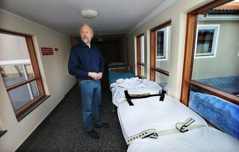 KLINIKKSJEF: Magnus P. Hald ved allmennpsykiatrisk avdeling viser fram en belteseng på Åsgård.