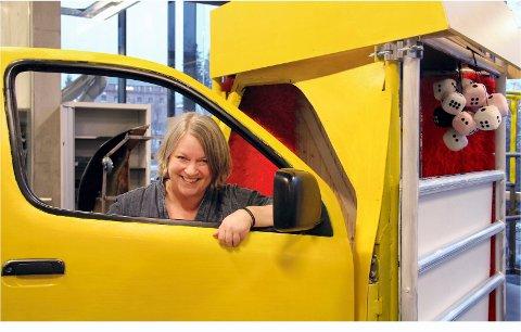 Kristin Bengtson Hagen har scenografien på forestillingen, her med traileren som har «terninger foran og terninger bak».