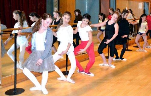 PÅ REKKE: Ballett posisjon (Foto: Hilde Porsanger)