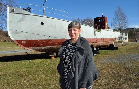FORNØYD: Kari Røken Alm i Røykenvik Vel er veldig fornøyd med at museet vil overta eierskapet til båten MS Brandbu.