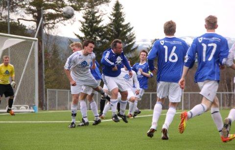 5. DIVISJON: Det blir 5. divisjon på Kirkhusmoen denne sesongen. Trener Lyder Moan, i blått (Ålen 2) og i luftduell med Andreas Skjefte (Ålen), gleder seg.