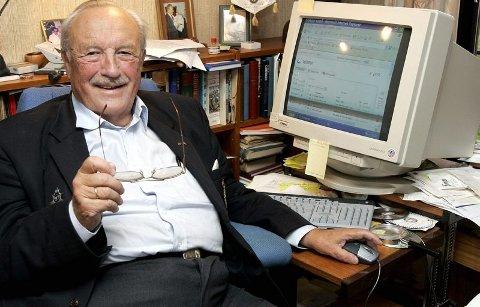 HJEMMEKONTOR: Omgitt med mengder av papirer, dokumenter og bilder på sitt hjemmekontor har Alf R. Bjercke skrevet historien om de norske dragonene og holsteinfarerne.FOTO: MORGAN ANDERSEN