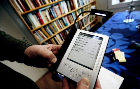 (Bilde 3)   VIL LÅNE: Eirik Newth vil gjerne låne ebøker på bibliotekene, og tror alt ligger til rette for at det skal være teknisk mulig i løpet av kort tid. (FOTO: Carl Martin Nordby) FOTO: Carl Martin Nordby /