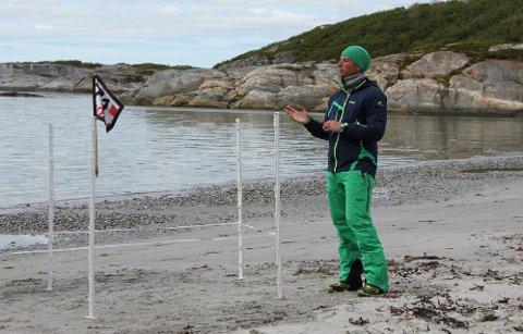 FORBEREDELSER: Programleder Tom Stiansen øver på replikkene under et prøveopptak på Breivika.