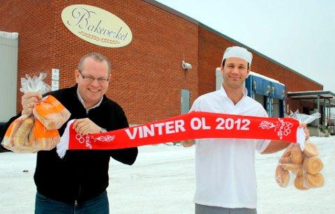 Bernt Ove Søvik og Odd Kristian Kjellemyr sponser Vinter-OL i Brevik med bakervarer til en salgsverdi av kr. 30.000,-.