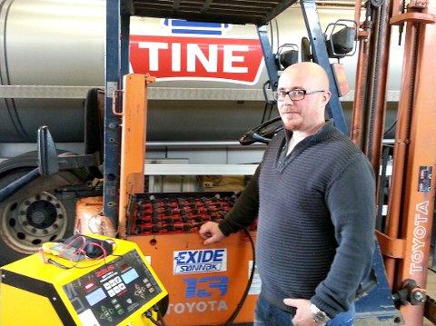 GJENOPPLIVING: Kenneth Sandvik i Facundia er her i full sving med å få gamle batterier hos Galåen transport til å leve lenger.