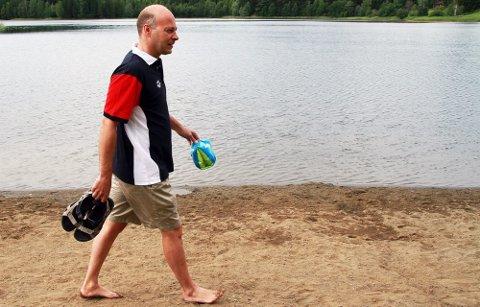 TAR DEM AV: Svein-Harald Afdal ber de foreldrene som føler de må utstyre barna med noe i vannet om å velge flytedrakter foran armringer.