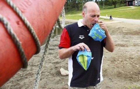 BLÅSER I ARMRINGER: Svein-Harald Afdal ber foreldre droppe armringer. Han er også opptatt av at de bør lære barna sine å svømme på ryggen før de går over på brystsvømming.