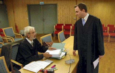 Forsvarer Nils Aga i samtale med aktor Jonas Nerdal.